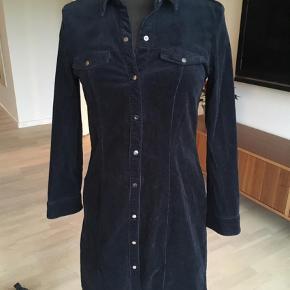 Brand: Tom Tailor Varetype: Mini Farve: Sort Oprindelig købspris: 499 kr.  Lækker skjortekjole i babyfløjl med stretch. I god stand 😊