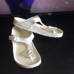 Hvide Birkenstock sandaler, i gummi, str 40, sælges..     De er ikke brugt ret meget, så er i fin og flot stand..      SE OGSÅ ALLE MINE ANDRE ANNONCER.. :D