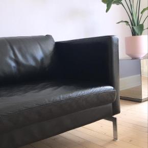 Sælger vores fine 3 personers lædersofa da vi skal til at flytte og ikke får plads til den fremadrettet. Den er i ægte læder og har de fineste ben i et flot design. Sofaen er brugt, men fremstår i rigtig fin stand - den har enkelte mærker, det er dog ikke noget man som sådan bemærker. Sofaen har lige fået en omgang læderconditioner og læderfedt, og står derfor rigtig fint. Sofaen kommer fra et Ikke-ryger og ikke-husdyr hjem.  Sofaen er sat til 3000kr, men man er mere end velkommen til at komme med et bud :)  L: 189 cm D: 89 cm H: 70 cm Sædehøjde: 40 cm