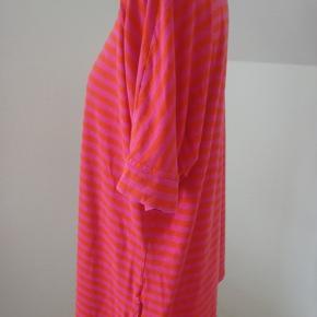Skøn kortærmet bluse i striber: pink/orange. Blød viscose/elastan-kvalitet. Brystvidde 112, længde 68 Fin stand