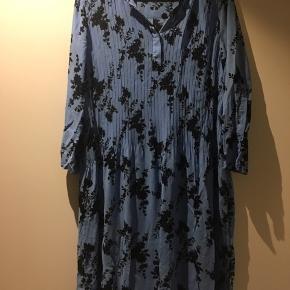 Flot kjole shirt  i 2 lag Længde 102 Brystmål 86-96.. og 100 yderst