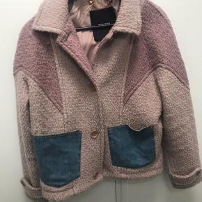 Da jeg ikke får brugt min smukke jakke så meget ønsket sælger jeg den, hvis rette bud kommer. Brugt ca 5 gange Købt i rom 2018 nypris 255 euro= 1918 kr