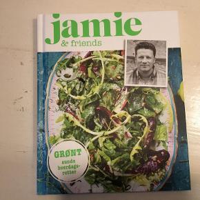 """""""Jamie & friends grønt"""" er en kogebog med grønne hverdagsretter. Hvis man ikke spiser kød, har ens mad brug for ekstra smag og fylde. Den kendte britiske tv-kok Jamie Oliver viser, hvordan man kan bruge krydderier, krydderurter og f.eks. bønner til at gøre det vegetariske måltid lækkert og mættende, så hele familien kan spise det med smil på læben.  """"Jamie & friends grønt"""" indeholder 40 vegetariske opskrifter, der naturligvis også kan nydes af folk, der ikke er vegetarer - eksempelvis som tilbehør.  104 sider - indbundet på dansk  Se også mine andre annoncer og spar evt. på portoen :)"""