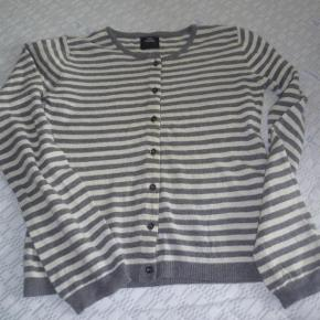 Varetype: Lækker stribet Mads Nørgaard cardigan i uld Farve: grå/hvidstribet  Lækker Mads Nørgaard cardigan i 40% merino-uld, 30 % viscose, 20 % nylon og 10 % cashmere.