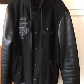 Sort jakke Uld Sælges da min mand ikke bruger den længere