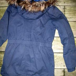 Vinterjakke. Hætten er aftagelig og pelskanten er aftagelig.