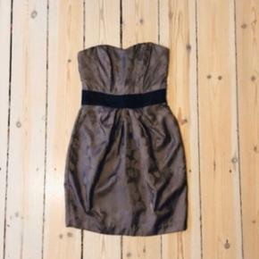 Fin cocktail kjole fra H&M i str 34  52% viscose 48% polyester  12-S