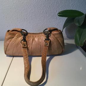 Smuk lille taske, ikke brugt meget og ingen slid. Mål 25x10x5 cm  Taske skind Farve: Sand