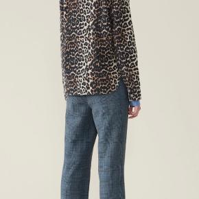 Virkelig fed denim leopardskjorte fra Ganni! Skjorten er kun prøvet på, og fremstår derfor fuldstændig som ny, - prismærket er dog taget af. Faconen er let oversized, og skjorten er derfor ligeså fed at bruge som jakke.