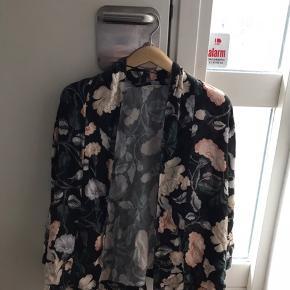 """Sælger denne blomstrede kimono fra et mærke, der hedder """"Ese O Ese"""", den er fra en lille butik i Barcelona. Der medfølger et bindebånd til taljen, men det ser også nice ud uden den, synes jeg"""