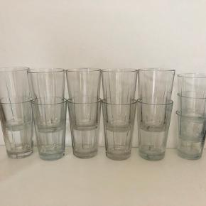 10 store (grand cru longdrinkglas) 3 små (grand cru vandglas)    Der medfølger gratis 2 små ekstra glas, dog med et enkelt skår i hver.