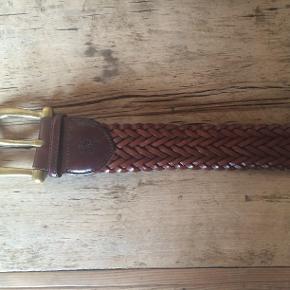 Lækkert flettet bælte, som stort set ikke er brugt. Det er i virkelig pæn stand og måler 4,5 cm i bredden. Bæltet er str. L. NY PRIS !!!