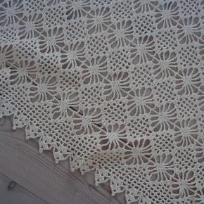 Rigtig fint gammelt hjemmehæklet sengetæppe, som næsten ikke har været brugt.  sengetæppe Farve: Råhvid