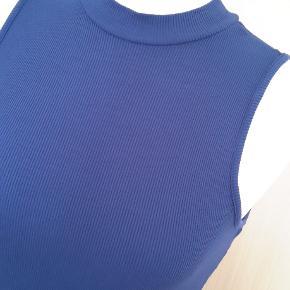 """MEGA lækker bluse i superflot strik købt i lille lækker butik i USA... Miami er mærket. Der står """"M"""" - men den kan passe en S og M. MEGET stretch i. Den var dyr - men jeg sætter til 200 kr. og den er ALDRIG brugt...Rigtig flot mørk blå/lila farve! Sendes med billigste porto."""