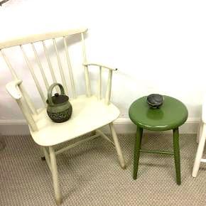 Her er 3 skønne klassiker tremmestol FDB (har jeg lade mig fortælle) farven er slidt hvid/grålig ret fin i udtryk,så nænner ikke at male den . Siddehøjde er 44,5. Cm bredde 53. Cm og ryghøjde er 84. Cm pris. 950. KrDen grønne skammel er 46. Cm høj og diameter er 34. Cm. Pris er 400. Kr Den hvide skammel er 44,5 cm høj og bredde er 33x33 cm pris 350. Kr  Alle priser er helt faste
