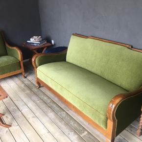 Nye billeder   Vintage sofa 3 Pers.  Plus 1 stol  Sættet er fra  1936  Har selvf brugsspor på træet pga alderen.  Men stoffet er i tip top stand   58 dyb selve sædet CS 90cm dyb hele sofaen  Ryglæn 84cm høj  143 cm sædebrede  Ca 164cm længde   Fantastisk dejlig at sidde i.  Sælges udelukkende pga pladsmangel    Kan leveres for et aftalt beløb  Skal afhentes i Grundfør Hinnerup