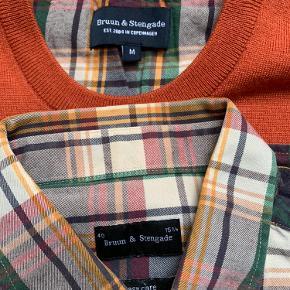 Langærmet skjorte og matchende strikpullover fra Bruun og Stengade. Ikke brugt meget og fremstår næsten som ny.