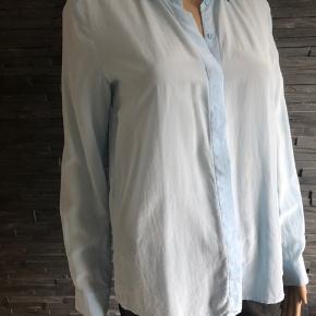 Super flot skjorte i 100% silke.  Bryst 100 cm Længde 63 cm  Brugt et par gange
