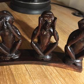 de tre vise aber, ikke se, ikke høre, ikke tale. Træfigur fra Indonesien, mørkt træ. Højde 12cm, bredde 20cm. 75kr Kan hentes Kbh V eller sendes for 40kr DAO