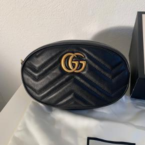 Gucci bæltetaske i læder.   Model: GG Marmont matelassé leather belt bag  Størrelsen på rem: 85 CM Størrelsen på selve tasken: W18cm x H11cm x D5cm  Købt i Paris i 2018. Kvittering medfølger.  Nypris idag: 7.000kr  Tasken er brugt to gang og fremstår derfor som ny uden slidmærker.    Alt medfølger.
