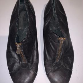 Fine skind sko med lille hæl og guld lynlås i front. Det ene håndtag er dog faldet af på den ene sko.