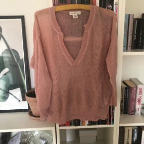 Super fin sweater i rosa/lyserød. Tynd strik.  Kan sendes med dao. Kig gerne på mine andre annoncer også☺️ bytter gerne.
