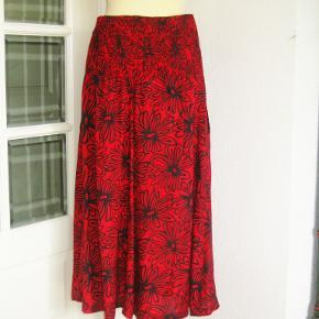 100 % NY: Meget smuk nederdel -kun prøvet. Elastik i den bagerste del af linningen og meget dekorativt også elastik-stykke ned på bagdelen (se billede 3). Nederdelen har stiklommer i siden.  Materialet er 100 % viscose .  Oprindelig købspris: 700 kr  Ingen byt og prisen er fast