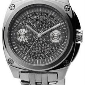 Varetype: Elegant ur, nyt. Model: Majesty Størrelse: 15-19 cm Farve: Gunmetal Oprindelig købspris: 1600 kr.  En flot ur med swarovskisten på hele urskiven. Lænken er lukket, altså med klik-ind-over-spænde som lukning. 5 ekstra led medfølger. Lige nu måler det ca. 15 cm i omkreds. Uret er et batteridrevet quartz ur med rustfri stållænke. Det kan prøves på og ses i Odense c - skriv gerne pb. NB! Jeg har to smukke armbånd til salg også som passer perfekt i farven til uret.   :::::::::::::::::::::::::::::::::::::::::::::::::::::::::::::::  Se også mine andre annoncer og byd gerne på flere ting samlet! :-)