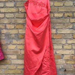 Laksefarvet festkjole, brugt få gange.