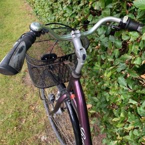 Smuk lilla damecykel fra Raleigh. Mangler støtteben og gearene kan drille lidt, derfor bør cyklen have et check hos en cykelsmeden. Cyklen er udstyret med dynamolygte foran og 7 gear. Passer til en kvinde med en højde på omkring de 160 cm. Cyklen har koster lidt under 5.000 kr fra ny.