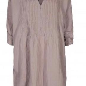 Helt ny BENEDIKTE PINTUCK DRESS-CLOUDY GREY. Str xs/s men kjolen er loose fit