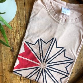 Lyserød Reebok t-shirt, sælges da jeg ikke får den brugt. Fejler intet. Brugt som oversize, men kan også bruges som normalt.