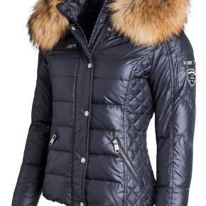Rock and Blue Zora jakke i str. 40 i den korte model sælges.  Fejler absolut intet. Brugt få gange.  FAST PRIS: 1500 kr. + porto og evt. handelsgebyr