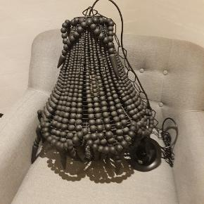 Lækker lampe fra Nordal sælges. 50 cm høj og ca 40 cm i dybden. kan fragtes med GLS eller afhentes i Hejls.