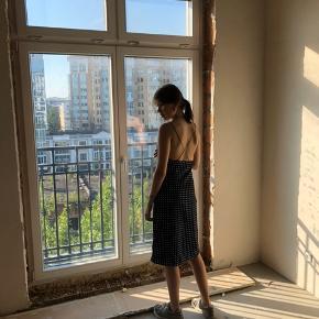 Smukkeste kjole med prikker og tynde stropper fra Urban oitfitters.