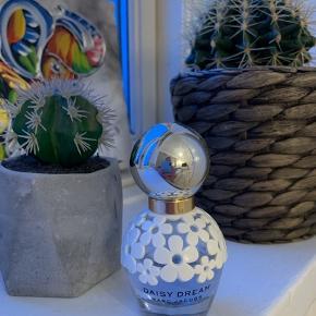 Jeg sælger min Daisy Dream parfume fra Marc Jacobs, da jeg ikke selv får den brugt:)