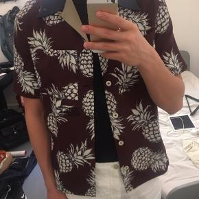 Sælger denne fantastiske sommerskjorte til de varme sommerdage 🐒🏝   Nypris er omkring 4.000,00kr. og den er udsolgt overalt.   Cond: 8.5/10 imo   Mp for bud: 800 kr.  Bin: 1600 kr.  Skriv gerne for flere spørgsmål eller andet :)  Husk desuden at tjekke mine andre annoncer!   Tags: Gucci, Prada, Saint Laurent, Off White, Louis Vuitton, Bottega Veneta, balenciaga