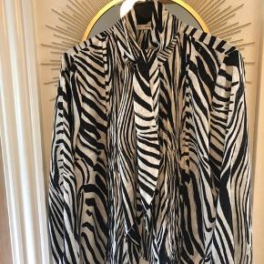 Fineste skjorte fra Gestuz med aftageligt bindebånd ved halsen. Brugt to gange. Køber betaler fragt. #SundaySellout