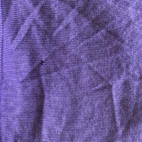 Lidt fnuller og lille hul bagpå - se billede 2 som også viser farven bedst