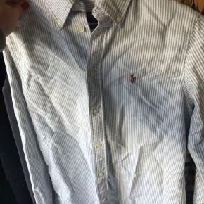 Fin skjorte fra Ralph Lauren med hvide og lyseblå striber. Aldrig brugt eller vasket, kun prøvet på. Bytter ikke