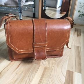 Fin vintage taske af kernelæder. Super rimelig. Længden på stroppen kan reguleres ☀️