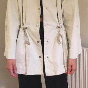 Elegant regnjakke fra Zara str, S sælges☀️☔️☀️Se også mine andre spændende annoncer 🌸 Jeg sender gerne ved betaling med MobilePay - Porto GLS 45 kr