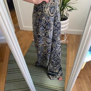 Fine bukser fra H&M str. 34.  Sælger da de er en for store til mig. Ville have lagt dem op, men det får jeg ikke gjort. Jeg er 158cm