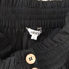 mbyM nederdel i sort med knapper og bindebælte. Elastik i taljen.  Str. S