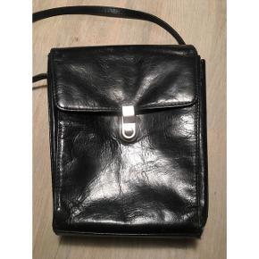 Adax taske,  Fin mindre taske. To gode store rum samt lynlås som deler tasken. Justerbar rem.