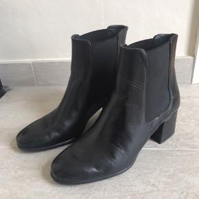 Sorte støvler i læder fra Pier One. Brugt maks 5 gange. Den ene har fået en lille rids på snuden, men det kan dækkes med skosværte :-)