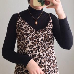 Helt ny kjole med leopardprikker fra Urban Outfitters. Det er en størrelse M, men passes også af en størrelse S. Den er udsolgt på deres hjemmeside. Der er knapper ned foran. Nypris var 425 kr.