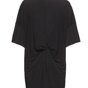 Sælger denne smukke Malene Birger kjole, som kan bruges tik forskellige anledninger. Kjolen er brugt, men der ses ingen tydelige brugstegn på den.  Nypris 1300kr