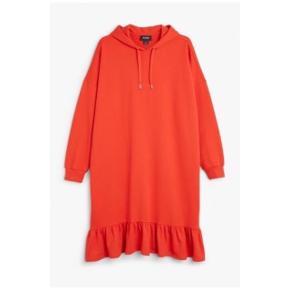 Sælger min hoodie dress i rød fra Monki. Den er i str s. Har brugt den en del og man kan derfor godt se på den at den er brugt. Der er dog ingen pletter, huller eller andet på den. Den er lidt fnullert og prisen er sat herefter.