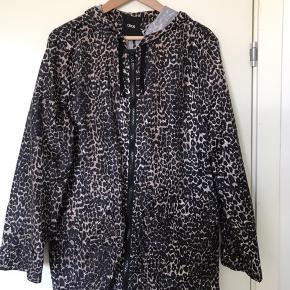 Flot regnjakke fra ASOS i leopardmønster. Aldrig brugt og fejler ingenting. Den reelle størrelse er 44, men størrelsen er meget lille, derfor har jeg angivet den som 42. Jeg bruger normalt 40-42 og den er ikke for stor til mig.